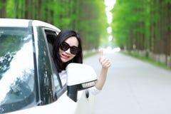 Τα ελεύθερα carelss που η ευτυχής γυναίκα οδηγεί ένα άσπρο αυτοκίνητο, ασφαλής έννοια κίνησης, απολαμβάνουν την άνετη άνετη ζωή στοκ φωτογραφία με δικαίωμα ελεύθερης χρήσης
