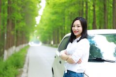 Τα ελεύθερα carelss που η ευτυχής γυναίκα οδηγεί ένα άσπρο αυτοκίνητο, ασφαλής έννοια κίνησης, απολαμβάνουν την άνετη άνετη ζωή στοκ φωτογραφίες με δικαίωμα ελεύθερης χρήσης