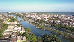 Τα εναέρια σπίτια άποψης ηρεμούν πλησίον τον μπλε ποταμό με τις πράσινες τράπεζες απόθεμα βίντεο