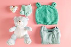 Τα ενδύματα μωρών και teddy αντέχουν Στοκ Εικόνες