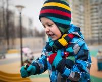 Τα ενεργά τρεξίματα μικρών παιδιών γύρω στην παιδική χαρά και έχουν τη διασκέδαση Στοκ εικόνα με δικαίωμα ελεύθερης χρήσης
