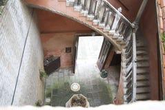 Τα ενετικά μαρμάρινα βήματα παλατιών είναι όμορφα και για να συζητηθούν Στοκ εικόνες με δικαίωμα ελεύθερης χρήσης