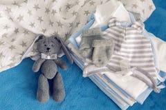 Τα ενδύματα μωρών με τις πάνες συσσωρεύονται Στοκ φωτογραφία με δικαίωμα ελεύθερης χρήσης