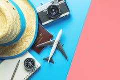 Τα εξαρτήματα ταξιδιού αντιτίθενται τοπ άποψη συσκευών flatlay στο μπλε κίτρινο ροζ στοκ φωτογραφίες με δικαίωμα ελεύθερης χρήσης
