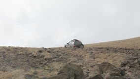 Τα εξερευνητικά πλαϊνά οχήματα οδηγούν αργά στο δύσκολο δρόμο βουνών απόθεμα βίντεο