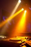 Τα επίκεντρα λάμπουν στην περιστροφική πλάκα του DJ Στοκ Φωτογραφία