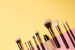 Τα επαγγελματικά προϊόντα makeup με τα καλλυντικά προϊόντα ομορφιάς, κοκκινίζουν, σκάφος της γραμμής ματιών, μαστίγια ματιών, βού στοκ εικόνες