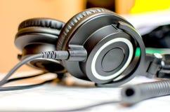 Τα επαγγελματικά ακουστικά του DJ οργάνων ελέγχου πέρα από το αυτί ανυψώνουν τον ακουστικό συνδετήρα με γρύλλο Στοκ εικόνα με δικαίωμα ελεύθερης χρήσης