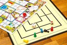 Τα επιτραπέζια παιχνίδια σκορπίζονται απρόσεκτα απέναντι Στοκ φωτογραφίες με δικαίωμα ελεύθερης χρήσης