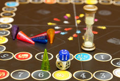 Τα επιτραπέζια παιχνίδια σκορπίζονται απρόσεκτα πέρα από τον πίνακα Στοκ φωτογραφία με δικαίωμα ελεύθερης χρήσης