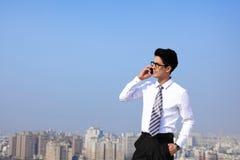 Τα επιχειρησιακά άτομα καλούν με έξυπνο τηλέφωνο Στοκ Εικόνα