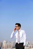 Τα επιχειρησιακά άτομα καλούν με έξυπνο τηλέφωνο Στοκ Φωτογραφία