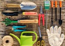 Τα εργαλεία κηπουρικής στο ξύλινο επίπεδο υποβάθρου βρέθηκαν Στοκ φωτογραφία με δικαίωμα ελεύθερης χρήσης