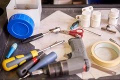 Τα εργαλεία μεγάλου ποσού βρίσκονται σε ένα μεταλλικό πιάτο Στοκ φωτογραφίες με δικαίωμα ελεύθερης χρήσης