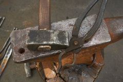 Τα εργαλεία σιδηρουργών ` s είναι ένα αμόνι, ένα σφυρί και πένσα Στοκ Εικόνες