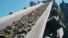 Τα ερείπια κινούνται κατά μήκος του pounder μεταφορέα απόθεμα βίντεο