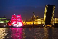 Τα ερυθρά πανιά εορτασμού παρουσιάζουν κατά τη διάρκεια του άσπρου φεστιβάλ νυχτών Στοκ φωτογραφίες με δικαίωμα ελεύθερης χρήσης