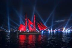 Τα ερυθρά πανιά εορτασμού παρουσιάζουν κατά τη διάρκεια του άσπρου φεστιβάλ νυχτών Στοκ Εικόνες