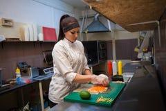 Τα εστιατόρια παράδοσης σουσιών ο αρχιμάγειρας προετοιμάζουν τα γεύματα στην κουζίνα στοκ φωτογραφία με δικαίωμα ελεύθερης χρήσης