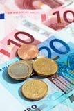 Τα ευρο- νομίσματα και τα ευρο- χαρτονομίσματα κλείνουν επάνω Στοκ εικόνες με δικαίωμα ελεύθερης χρήσης