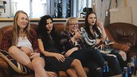 Τα ευρωπαϊκά κορίτσια προσέχουν το αστείο επεισόδιο κωμικής σειράς στη TV Οι θηλυκοί φίλοι χαμογελούν και συζητούν το ρομαντικό κ απόθεμα βίντεο