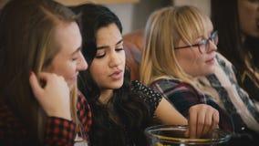 Τα ευρωπαϊκά κορίτσια προσέχουν το λυπημένο κινηματογράφο στον καναπέ Η νέα ελκυστική σαπουνόπερα γυναικείων ρολογιών, τρώει popc απόθεμα βίντεο