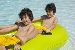 Τα ευτυχή αγόρια είναι στην πισίνα Στοκ Φωτογραφία