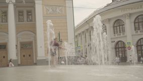 Τα ευτυχή αγόρια παίζουν στην πηγή κοντά στο Gostinniy Dvor στη Μόσχα απόθεμα βίντεο