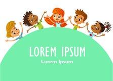 Τα ευτυχή και αστεία παιδιά στέκονται γύρω από ένα μεγάλο έμβλημα, αφίσα, po διανυσματική απεικόνιση