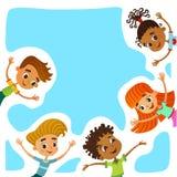 Τα ευτυχή και αστεία παιδιά στέκονται γύρω από ένα μεγάλο έμβλημα, αφίσα, po στοκ φωτογραφίες