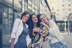 Τα ευτυχή κορίτσια θέτουν στην οδό Στοκ Εικόνα