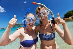 Τα ευτυχή κορίτσια διακοπών με κολυμπούν με αναπνευτήρα μάσκες Στοκ φωτογραφία με δικαίωμα ελεύθερης χρήσης