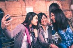 Τα ευτυχή κορίτσια παίρνουν ένα selfie Στοκ εικόνα με δικαίωμα ελεύθερης χρήσης