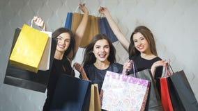 Τα ευτυχή κορίτσια παρουσιάζουν τσάντες αγορών απόθεμα βίντεο