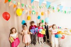 Τα ευτυχή παιδιά ήρθαν στη γιορτή γενεθλίων Στοκ φωτογραφίες με δικαίωμα ελεύθερης χρήσης