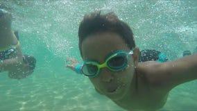 Τα ευτυχή παιδιά βουτούν στην υποβρύχια κάμερα απόθεμα βίντεο