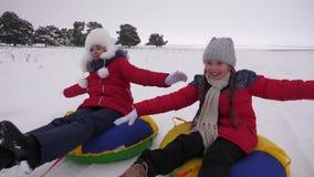 Τα ευτυχή παιδιά οδηγούν το χιόνι στο χιονώδη δρόμο και το γέλιο με την ευχαρίστηση Κορίτσια που το χειμώνα και το χαμόγελο εύθυμ απόθεμα βίντεο