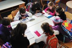 Τα ευτυχή παιδιά ομαδοποιούν στο σχολείο στοκ εικόνες