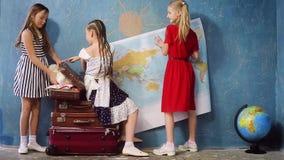 Τα ευτυχή παιδιά πηγαίνουν σε ένα ταξίδι απόθεμα βίντεο