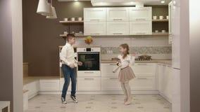 Τα ευτυχή παιδιά χορεύουν στην κουζίνα φιλμ μικρού μήκους