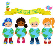 Τα ευτυχή παιδιά γιορτάζουν τη γήινη ημέρα Στοκ Εικόνα