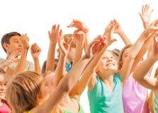Τα ευτυχή παιδιά με ανυψωμένος παραδίδουν τον αέρα Στοκ φωτογραφίες με δικαίωμα ελεύθερης χρήσης