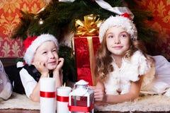 Τα ευτυχή παιδιά με τα cristmas παρουσιάζουν Στοκ φωτογραφίες με δικαίωμα ελεύθερης χρήσης