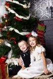 Τα ευτυχή παιδιά με τα cristmas παρουσιάζουν Στοκ Φωτογραφίες