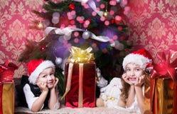 Τα ευτυχή παιδιά με τα cristmas παρουσιάζουν Στοκ φωτογραφία με δικαίωμα ελεύθερης χρήσης