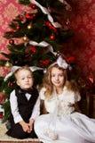 Τα ευτυχή παιδιά με τα cristmas παρουσιάζουν Στοκ εικόνα με δικαίωμα ελεύθερης χρήσης