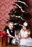 Τα ευτυχή παιδιά με τα cristmas παρουσιάζουν Στοκ Εικόνες