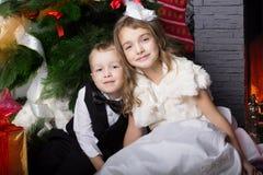 Τα ευτυχή παιδιά με τα cristmas παρουσιάζουν Στοκ Φωτογραφία