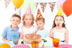 Τα ευτυχή παιδιά που θέτουν με τα γενέθλια συσσωματώνουν Στοκ εικόνα με δικαίωμα ελεύθερης χρήσης