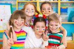 Τα ευτυχή παιδιά στη γλώσσα στρατοπεδεύουν Στοκ εικόνα με δικαίωμα ελεύθερης χρήσης